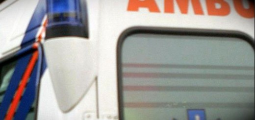 ambulanza-presta-soccorso-a-piedi-fermata-da-incidente-con-Suv