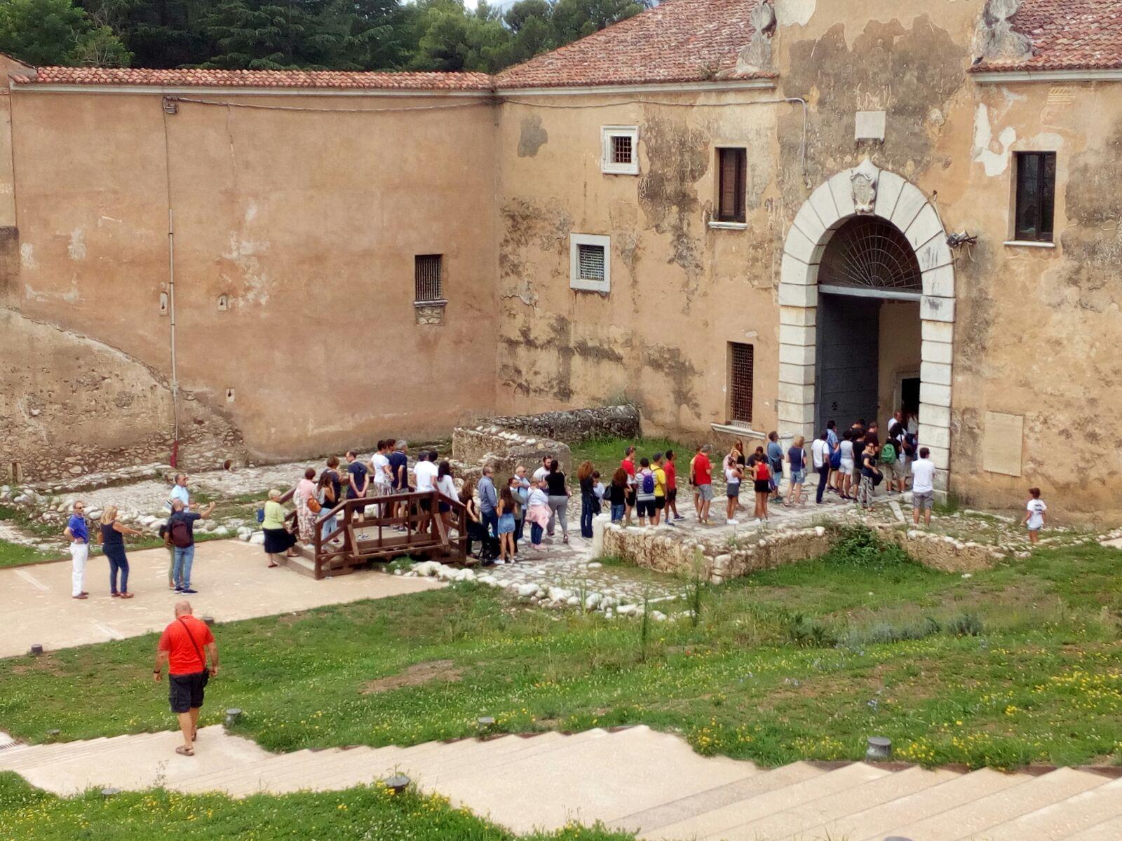 """Oltre 1500 """"Pellegrini d&#39;<b>Arte</b>"""" scelgono la Certosa di San Lorenzo a Padula nel giorno di Ferragosto"""